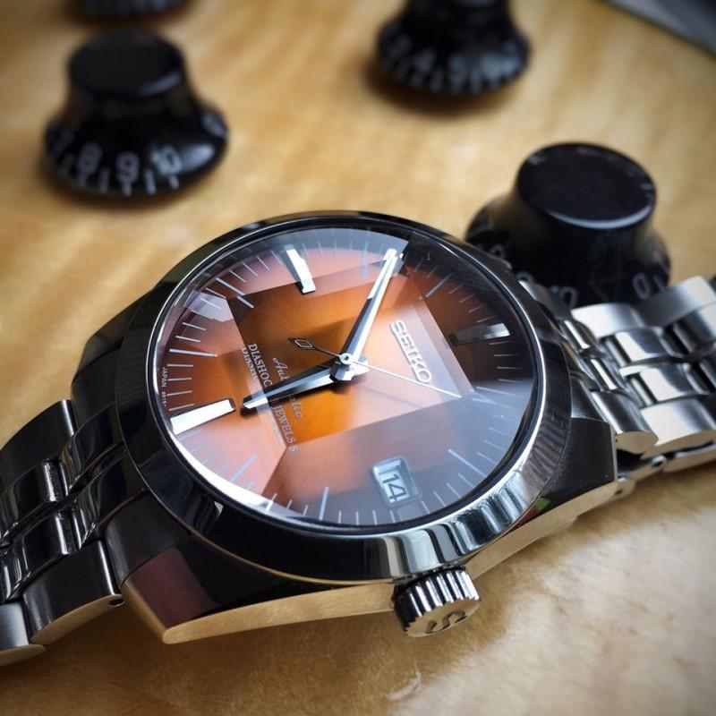 """TOP 10 shop đồng hồ nam ở sài gòn: Người ta vẫn nói chỉ có thời gian là vĩnh cửu, mọi thứ trên thế giới này có thể lụi tàn hoặc thụt lùi chỉ có thời gian là không bao giờ phai mờ. Chính vì vậy hãy trân trọng thời gian mình đang có bằng một chiếc đồng hồ chính hãng. Nếu bạn là nam hãy đeo đồng hồ giúp bạn kiểm soát thời gian và là phụ kiện để khẳng định địa vị. Nếu bạn là phái đẹp thì đồng hồ sẽ là phụ kiện thời trang sành điệu nhất dành cho bạn. Tuy nhiên mua được một sản phẩm chính hãng không phải là việc dễ dàng khi thị trường """"thật giả lẫn lộn"""" quá nhiều. Hãy cùng http://TOP 10 shop đồng hồ nam ở sài gònđiểm danhmột số cửa hàng chuyên các sản phẩm chính hãng tại Tp HCMnhé."""